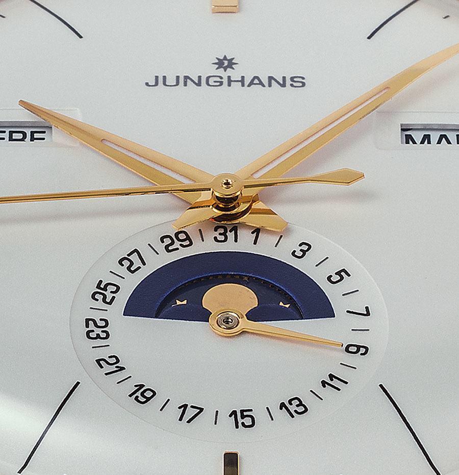 Die Junghans Meister kombiniert das Zeigerdatum mit einer Mondphasenanzeige.