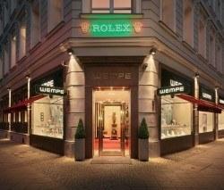 Die Berliner Wempe-Niederlassung präsentiert sich mit renovierter Fassade und wurde um ein Schaufenster in der Friedrichstraße erweitert.