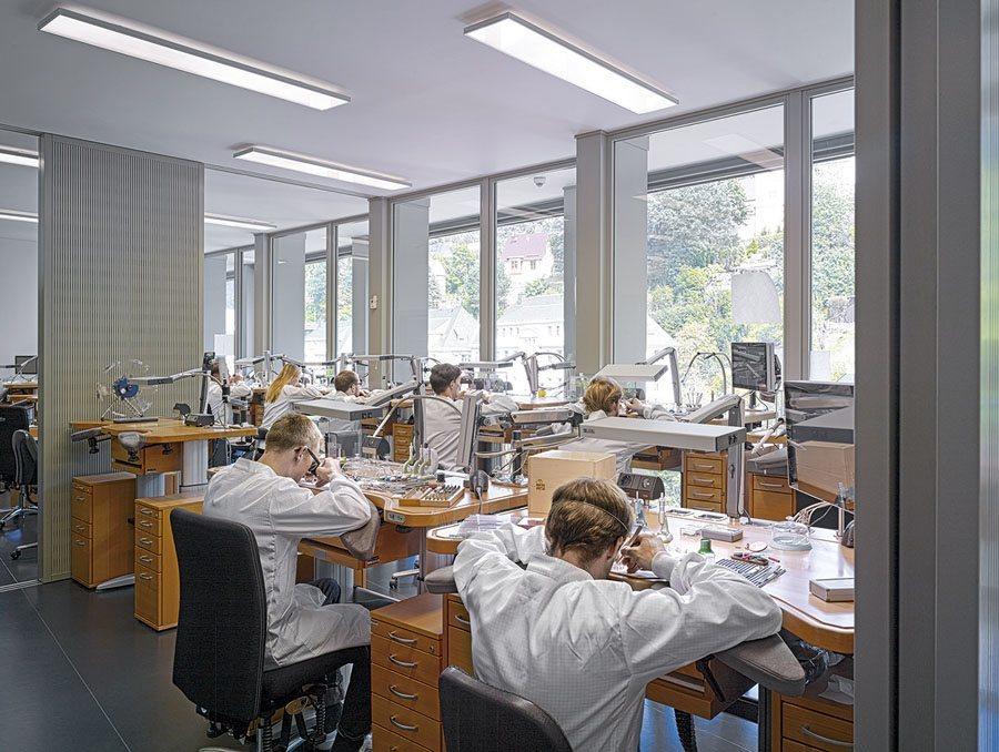 Mit dem neuen Manufakturgebäude gibt es in den Werkstätten mehr Licht und mehr Platz für die Mitarbeiter.