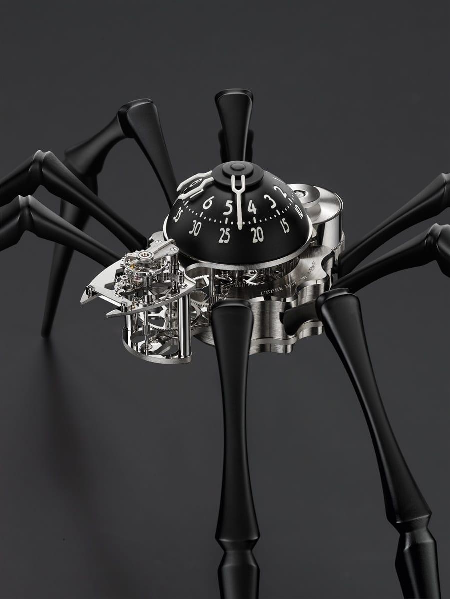 Die MB&F Arachnophobia trägt ihre Zeitanzeige auf dem Rücken.