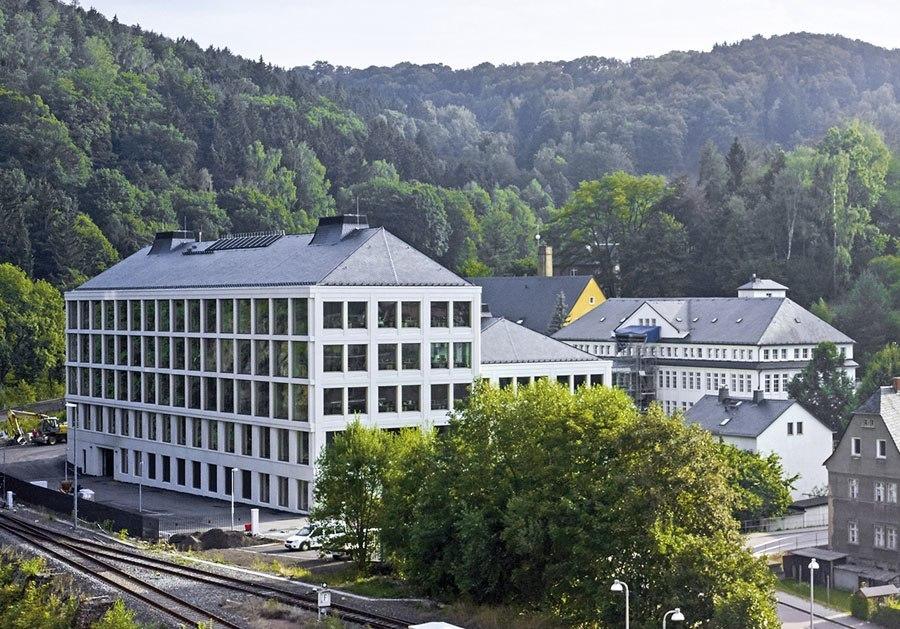 Das neue Manufakturgebauede von A. Lange & Söhne bietet eine Produktionsfläche von 5.400 Quadratmetern und wird umweltschonend über eine Geothermie-Anlage beheizt und gekühlt.