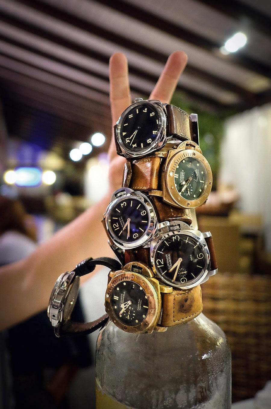 Ergebnis eines Paneristi-Treffens: Panerai-Uhren gestapelt auf einer Grappa-Flasche