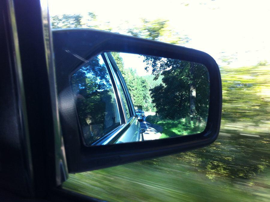 Oldtimer Rallye, 1. Sauerland Klassik: Wenn andere Teilnehmer hinter dem eigenen Oldtimer fahren, kann das beruhigend sein. Doch auch wenn man mal alleine unterwegs ist, solange der Beifahrer sich des Weges sicher ist, hat der Fahrer den Anweisungen zu folgen.