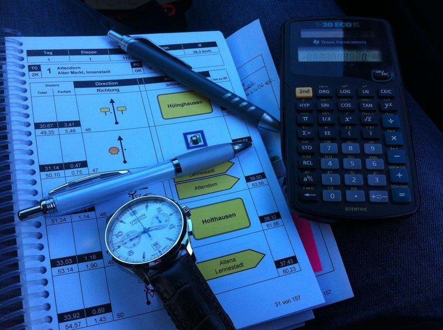 Oldtimer-Rallye, 1. Sauerland Klassik: Manchmal kann es hilfreich sein, die Durchschnittsgeschwindigkeit für eine Wertungsprüfung zu berechnen. Vor allem bei langen Wertungsprüfungen. Unerlässlich ist auch die Wahl der richtigen Stoppuhr.