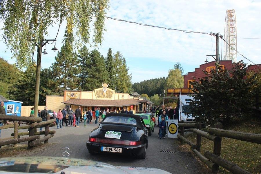 """Oldtimer-Rallye, 1. Sauerland Klassik: Am dritten Tag führte die Strecke durch den Vergnügungspark """"Fort Fun Abenteuerland""""."""