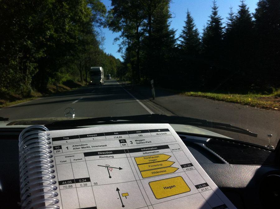 """Oldtimer-Rallye, 1. Sauerland Klassik: Für das Roadbook und das Navigieren mit """"Chinesenzeichen"""" ist der Beifahrer zuständig, der Fahrer achtet auf den Verkehr."""