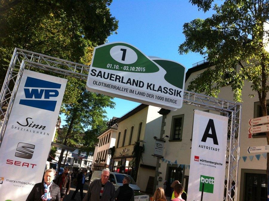 Oldtimer Rallye, 1. Sauerland Klassik: Mit der Fahrt durch den Startbogen begann am Donnerstagnachmittag die 1. Sauerland Klassik.