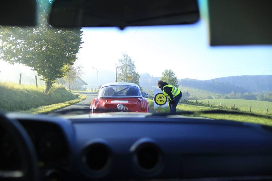 Oldtimer-Rallye, 1. Sauerland Klassik: Eine Wertungsprüfung wird angekündigt. Gemessen wird in Hundertstelsekunden. Foto: Devin Sancakli