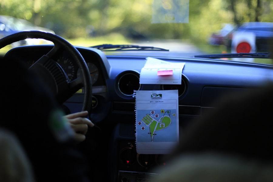 Oldtimer-Rallye, 1. Sauerland Klassik: Bei langen Wertungsprüfungen hilft es, die Strecke aus dem Roadbook zu reißen. Foto: Devin Sancakli