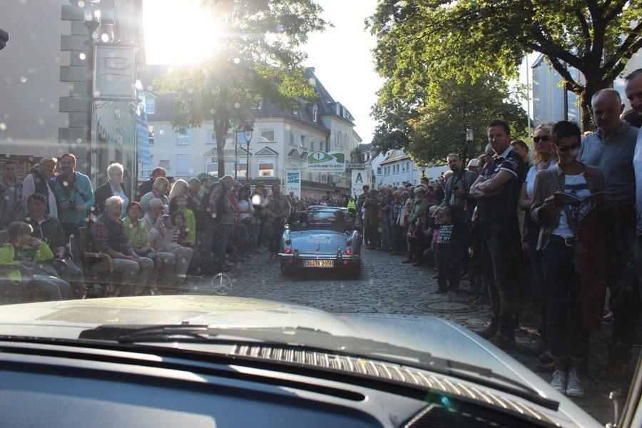 Oldtimer-Rallye, 1. Sauerland Klassik: Bei der Zieleinfahrt auf dem Marktplatz in Attendorn jubelten zahlreiche Zuschauer den Oldtimerfahrern zu.