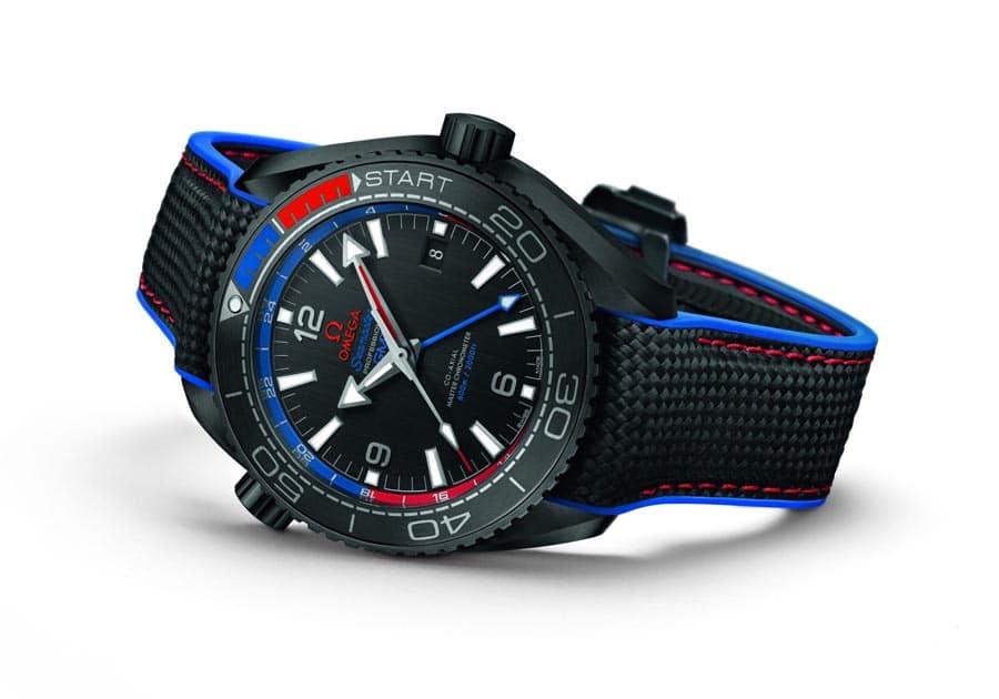 """Bei der Omega Seamaster Planet Ocean ETNZ """"Deep Black"""" Master Chronometer liest man die zweite Zeit mithilfe des kleinen blauen Zeigers von der 24-Stunden-Skala auf dem Rehaut ab (10.300 Euro)."""