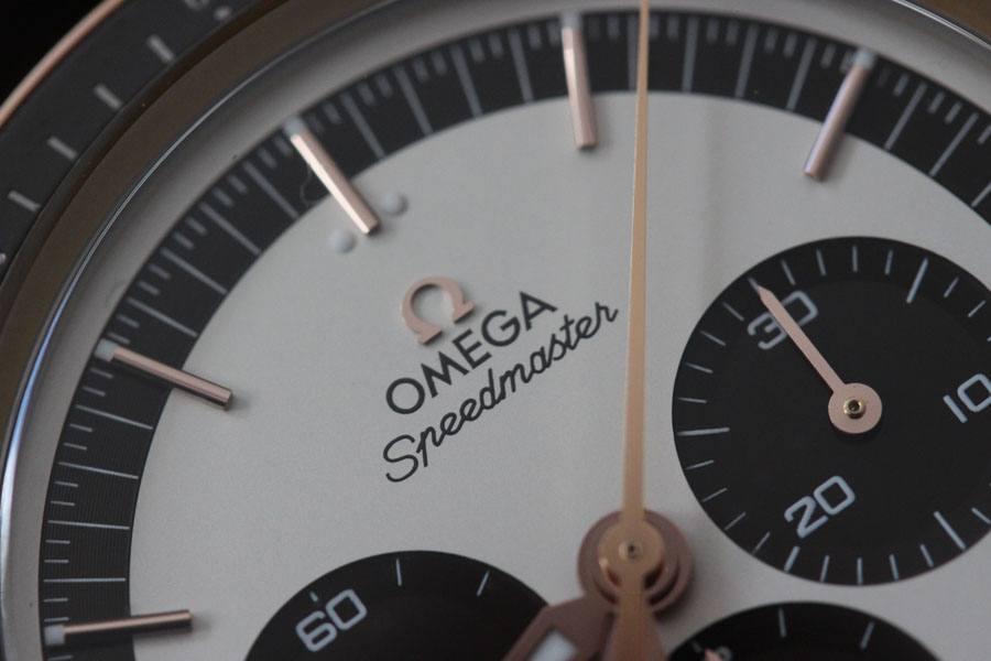 Mit Panda-Dial: die Speedmaster FOiS in Sedna-Gold