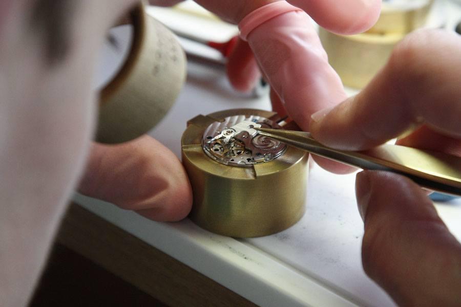 UHREN-MAGAZIN Leserreise Glashütte 2015: Nomos, Einblick in Uhrmachertätigkeiten
