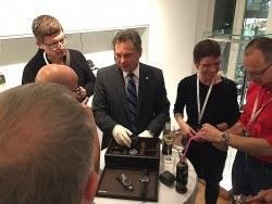 Frank Deckert, Geschäftsführer von Seiko Deutschland, erläutert den Gästen die Uhren der Kollektion im persönlichen Gespräch.