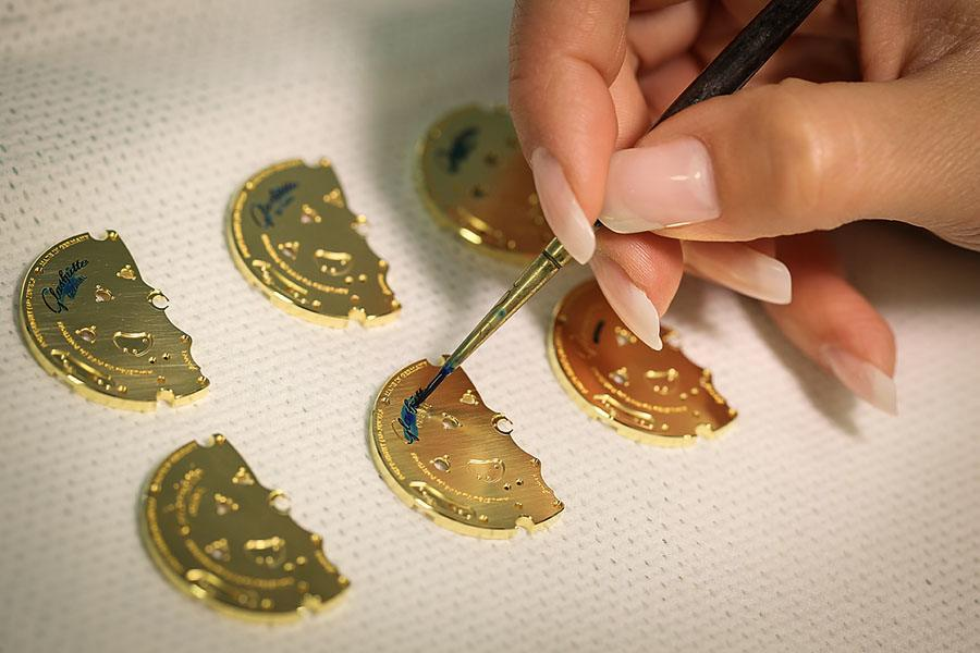 Das Auftragen eines Schutzlackes auf den Platinen bei Glashütte Original