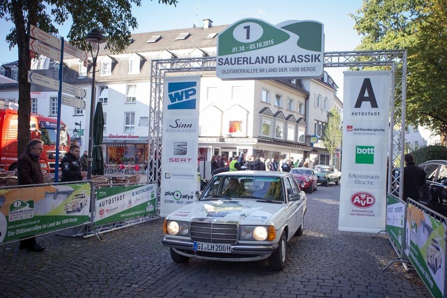 Mit einem Mercedes Benz 240 D aus dem Jahr 1976 startete das UHREN-MAGAZIN zur 1. Sauerland Klassik