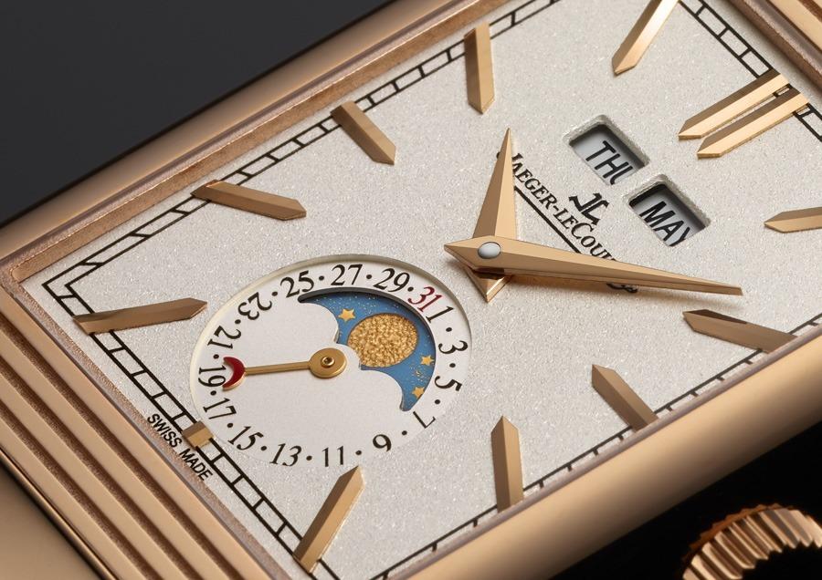 Ein Zeigerdatum legt sich bei sechs Uhr um die Mondphasenanzeige.