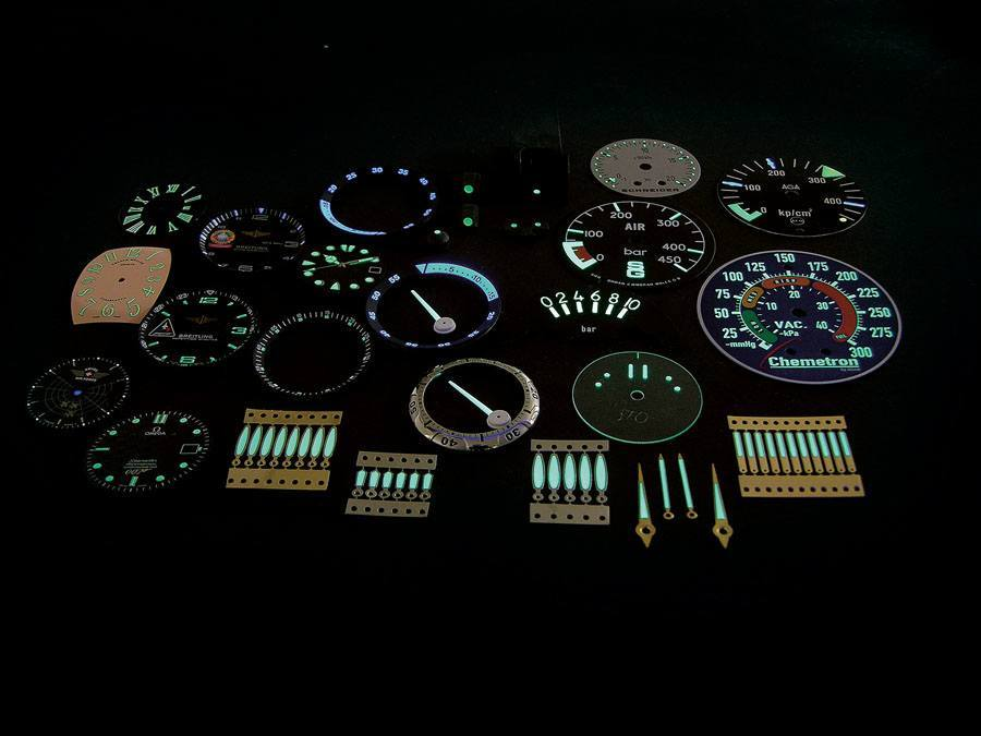 Mit Superluminova beschichtete Zeiger, Zifferblätter und Skalen von Uhren und anderen Instrumenten