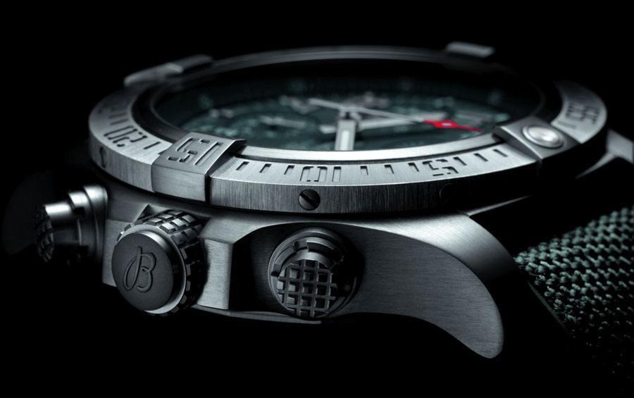 Breitling: Das Titangehäuse der Avenger Bandit ist satiniert