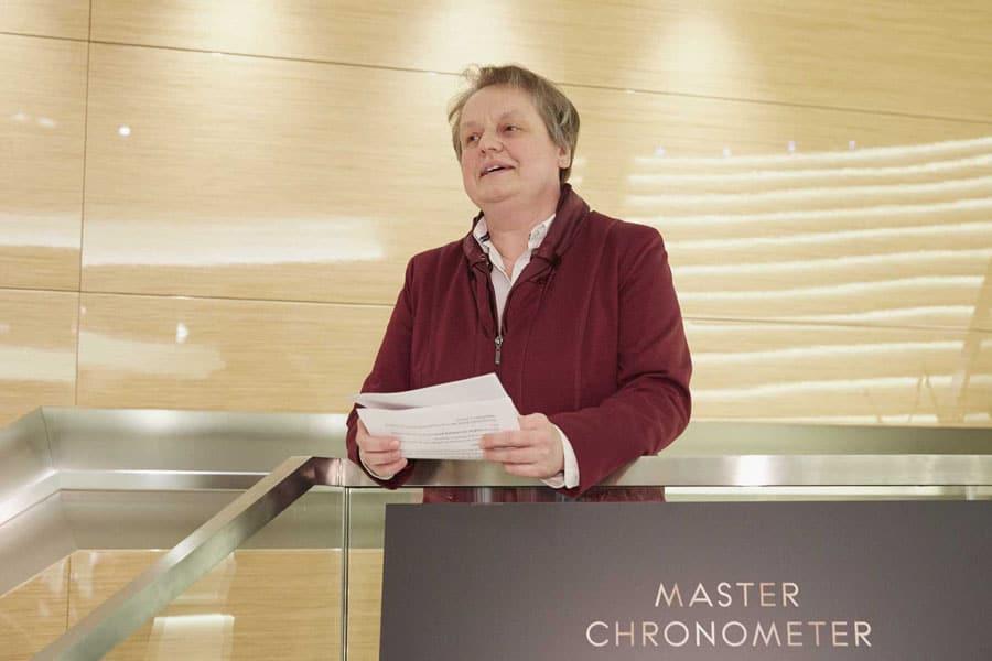 Martina Richter, stellvertretende Chefredakteurin UHREN-MAGAZIN, hält technische Laudatio auf die neue Omega Globemaster in der Omega Boutique in München