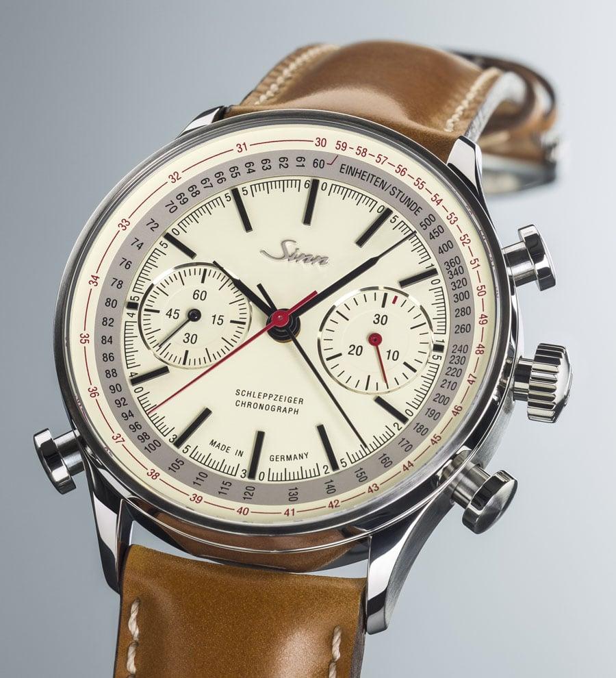 Für die 910 Jubiläum, ein Schaltradchronograph mit Schleppzeigerfunktion, nutzt Sinn Spezialuhren das bewährte Kaliber Eta-Valjoux 7750.