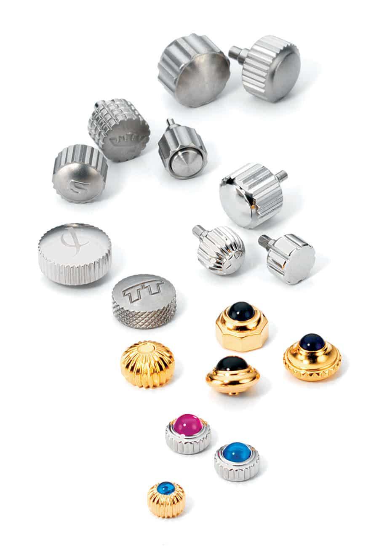 Große Vielfalt: Uhrkronen und Drücker von Vogler in verschiedenen Materialien. Größen und Profilen mit Verzierungen wie Logo oder Cabochon