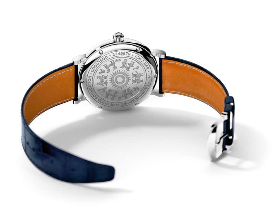 """Auf dem Gehäuseboden der IWC Portofino Automatic Moon Phase 37 Edition """"Laureus Sport for Good-Foundation"""" ist die Siegerzeichnung des Kindermalwettbewerb graviert"""