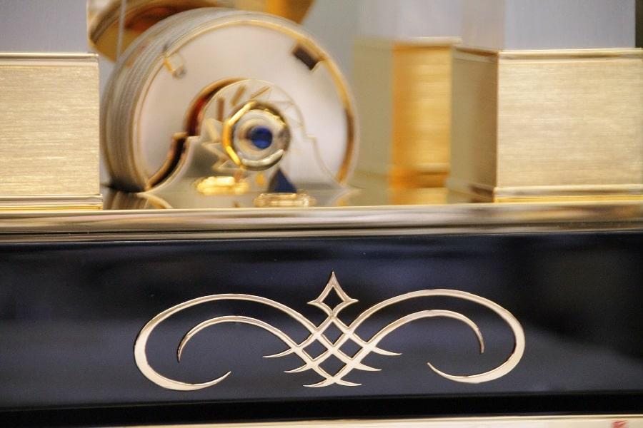 Beim Gehäusesockel stehen verschiedene Materialien zur Wahl. Auch Einzelanfertigungen sind möglich.