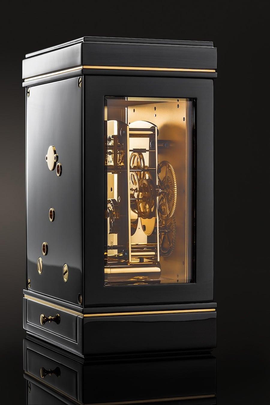 Zwei Facettengläser an den Seiten geben den Blick frei auf das finissierte und vergoldete Uhrwerk