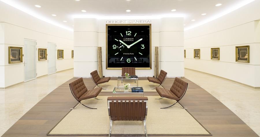 Eine große Panerai-Uhr empfängt die Besucher