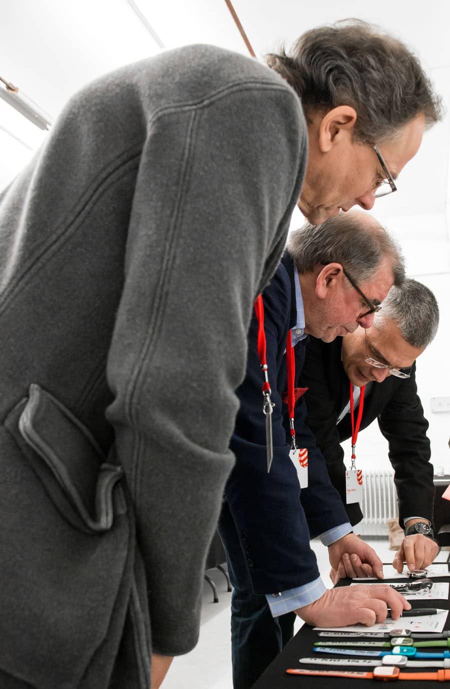 Die dreiköpfige Uhren-Jury 2016: Chronos-Chefredakteur Rüdiger Bucher, Chronos-Autor Gisbert L. Brunner sowie Goldschmied und Schmuckdesigner Günter Wermekes (von hinten nach vorne), © Red Dot Design Award
