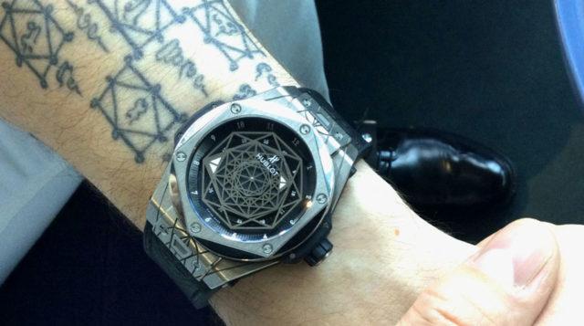 Eine besondere Titan-Uhr: Die Big Bang Sang Bleu von Hublot hat der Tattoo-Künstler Maxime Büchi designt.