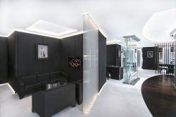 Spiegel und Bruchglas verbinden sich in der Richard-Mille-Boutique in der Münchner Maximilianstraße