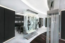 Im Inneren der Münchener Richard-Mille-Boutique dominieren Macassar-Holz und dunkles Leder