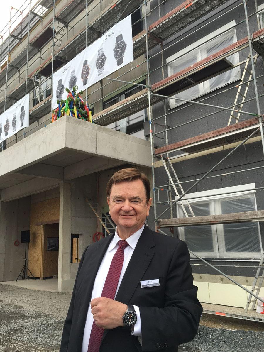 Zum Richtfest trägt Firmeninhaber Lothar Schmidt seine EZM 10