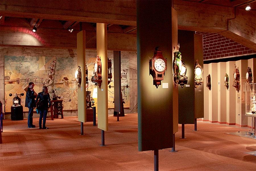 Wanduhren im Neuchâteler Stil der Zeit zwischen 1700 und 1900