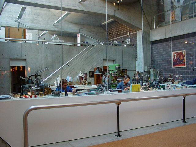Die Restauratoren des Internationalen Uhrenmuseums