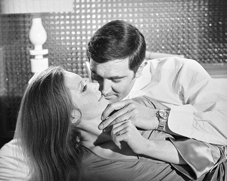 """James Bond (Georges Lazenby) mit Nancy (Catherina von Schell) im Film """"Im Geheimdienst Ihrer Majestät"""". Dabei trägt 007 die Rolex Pre-Daytona. Foto: George Whitear"""