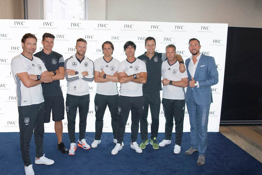 v.l.n.r.: Zweiter Assistenztrainer Marcus Sorg, Stürmer Mario Gomez, Innenverteidiger Shkodran Mustafi, Co-Trainer Thomas Schneider, Bundestrainer Joachim Löw, Manager der Nationalmannschaft Oliver Bierhoff, Torwart-Trainer Andreas Köpke und Alexander Schwenck, Director Marketing & Press Relation Central and Eastern Europe IWC