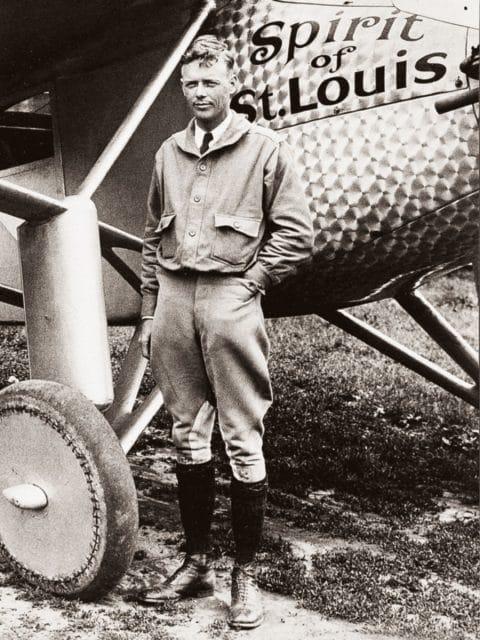 Charles Lindbergh vor seiner Spirit of St. Louis, mit der er einmal quer über den Atlantik flog.