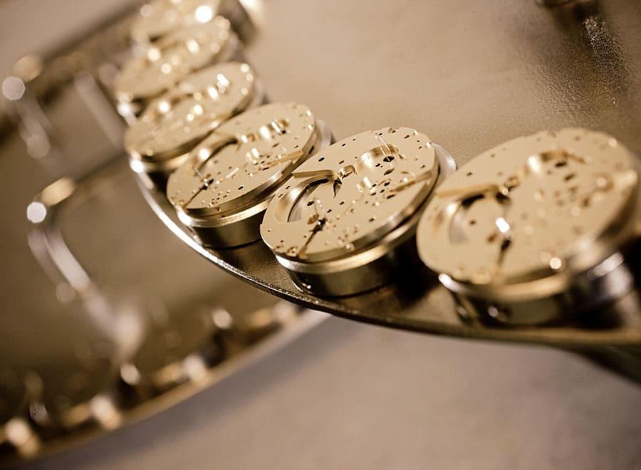 Bremorieren: Wie beim Sandstrahlen wird ein feines Bronzepulver mit Pressluft auf die Platine geblasen.