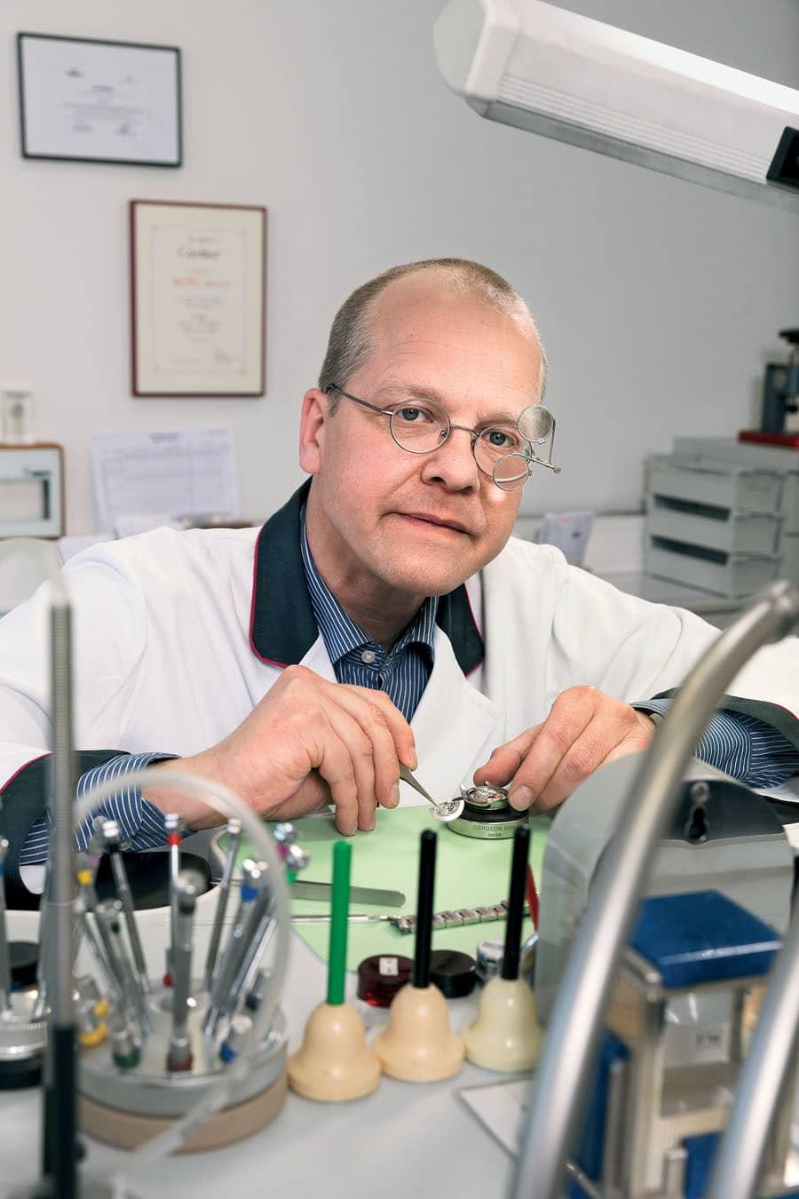 Peter Irle, Uhrmachermeister in der Hamburger Zentralwerkstatt bei Juwelier Wempe