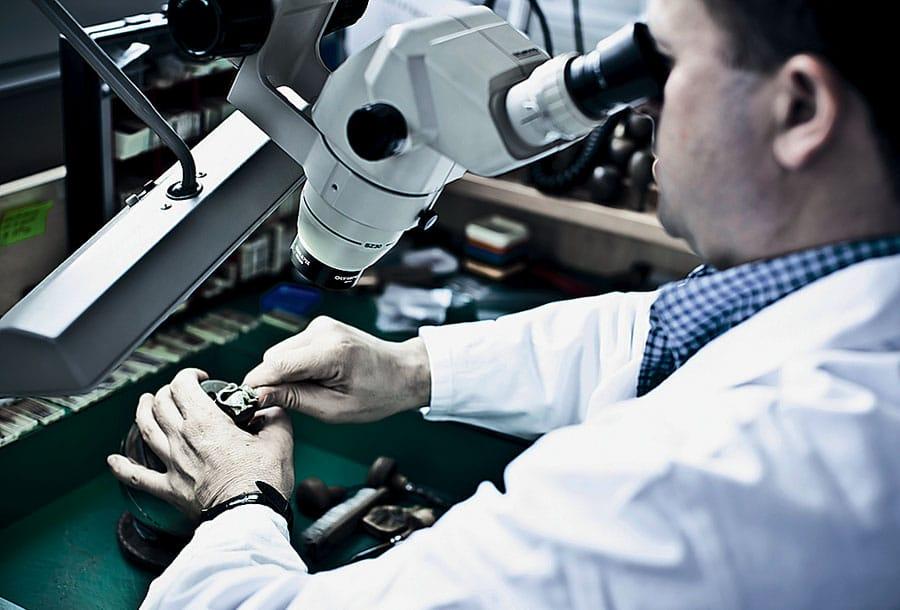 Fassen von Edelsteinen unter dem Mikroskop