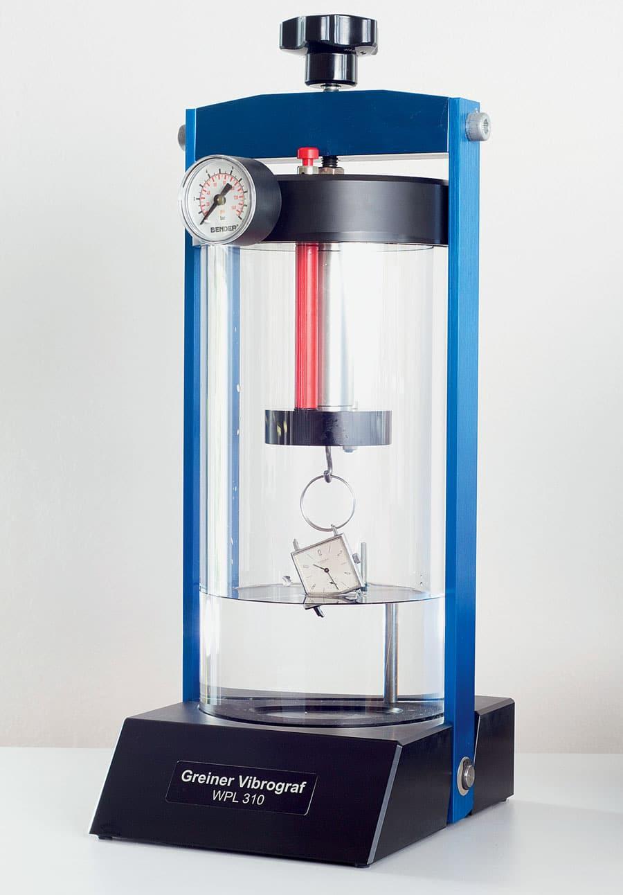 """Die Wasserdichtheitsprüfung bei Nomos erfolgt mit dem Gerät """"WPL 310"""" von Greiner Vibrograf"""