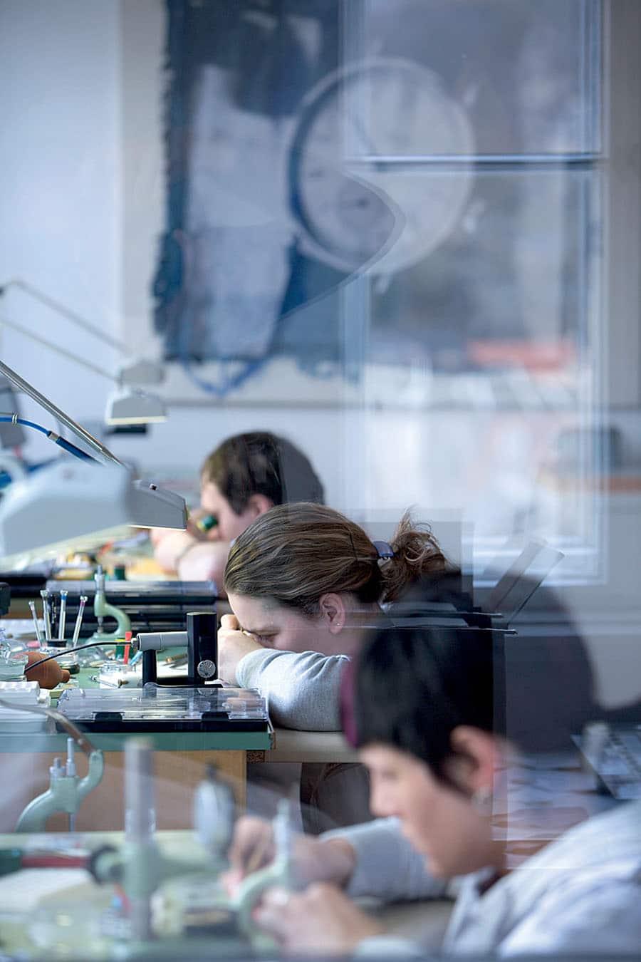 Wichtigstes Arbeitsgerät der Uhrmacher von Nomos Glashütte ist die Zeitwaage