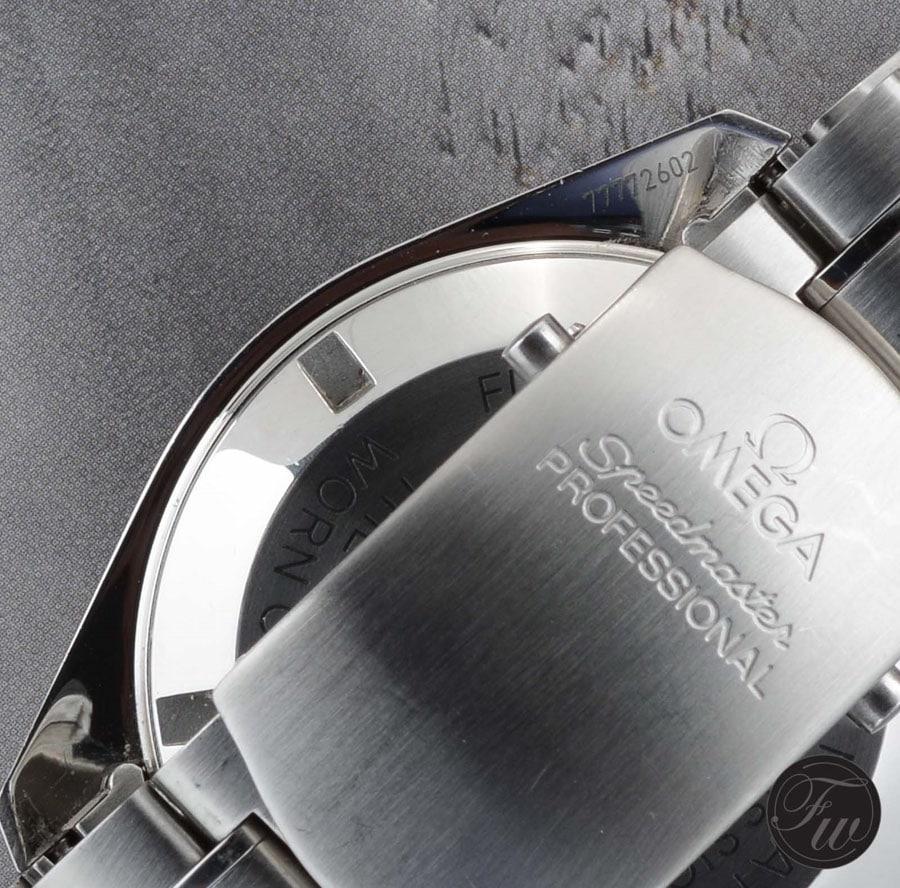 Die Seriennummer der Omega Speedmaster Referenz 3570.50 findet sich im Bandanstoß auf der Gehäuserückseite