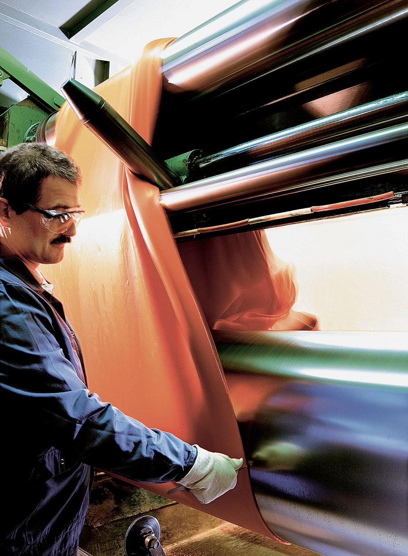 """Die Mischung eines Kautschuk-Produkts wird bei der Firma Bayer mithilfe einer Maschine namens """"Stockblender"""" verfeinert"""