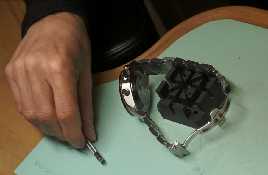 Wie kürze ich mein Metallarmband selbst – hier zu sehen: eine Halterung für das Metallarmband und der Stiftaustreiber