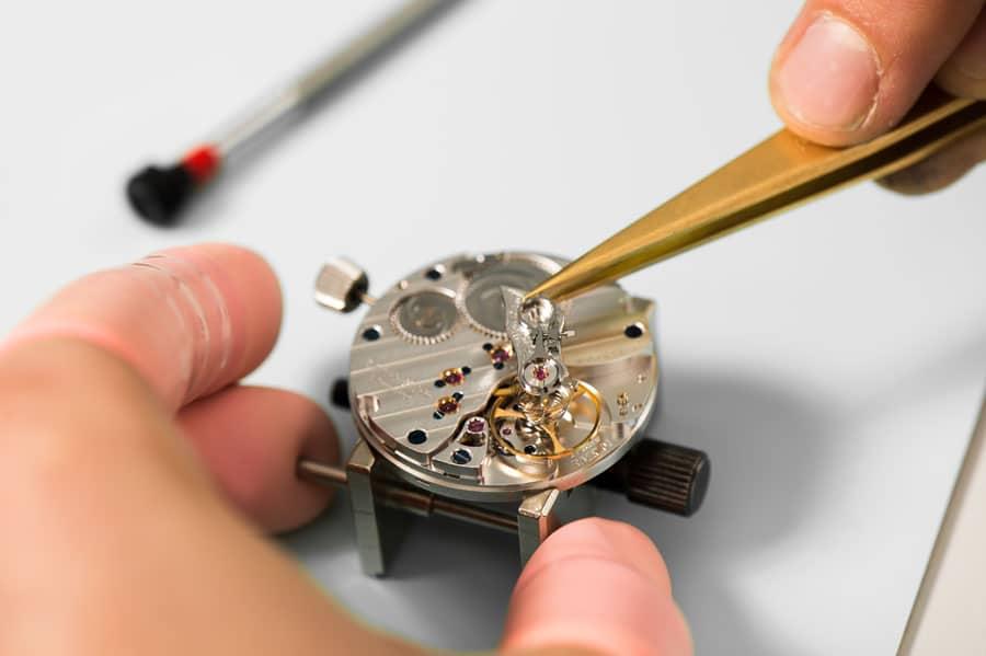 Mit dem Einsetzen der Gangpartie ist die Montage des Uhrwerks angeschlossen. Gleich wird es zum ersten Mal aufgezogen und präzise einreguliert.