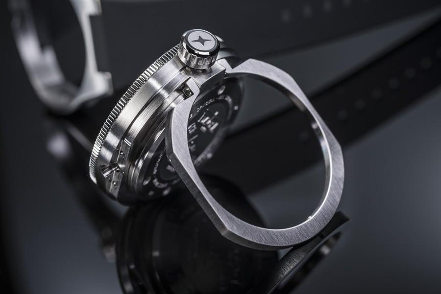 Mit dem ausklappbaren Ring lässt sich die Apnea Diver Automatic von Davosa aufstellen